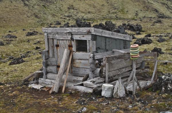 Camp Margaret, restaurert fangsthytte.  Revebur på høyresiden