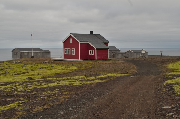 "Gamlemetten.  Det røde huset er sondeboligen ""Fryden""."